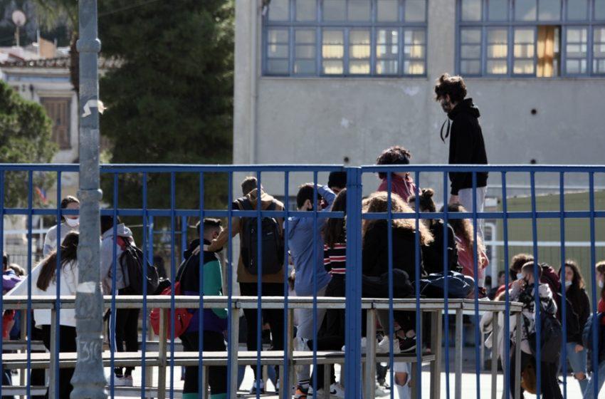 """Εξαδάχτυλος: Κίνδυνος να γίνουμε Πορτογαλία – """"Την Μ.Δευτέρα θα φανεί η επίπτωση από τα ανοιχτά λύκεια"""""""