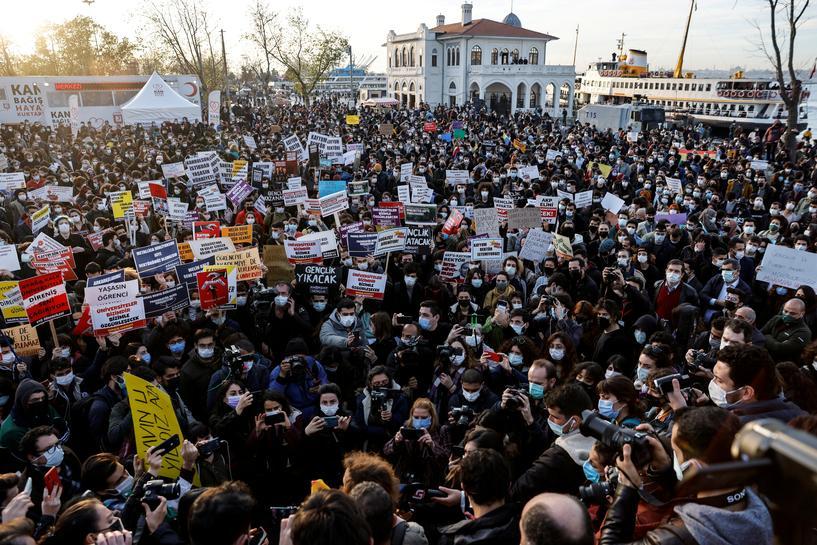 DW: Μετωπική σύγκρουση Ερντογάν με τη νεολαία