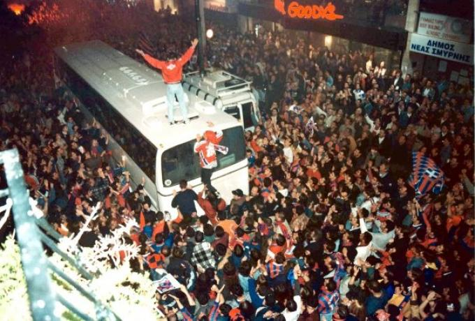 Viral: Ο Κουτσόπουλος πανηγυρίζει στην οροφή λεωφορείου για το Κύπελλο του Πανιωνίου (pics)