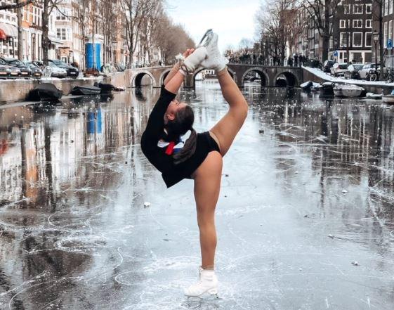Πανέμορφο θέαμα: Καλλιτεχνικό πατινάζ στα παγωμένα κανάλια του Αμστερνταμ (vids)