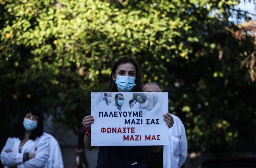 Πλακάτ και διαμαρτυρίες υγειονομικών κατά την επίσκεψη Μητσοτάκη στο ΚΑΤ (εικόνες)