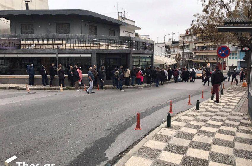 Ουρά εκατό μέτρων έξω από κατάστημα που μοιράζει δωρεάν φαγητό στη δυτική Θεσσαλονίκη (εικόνες)