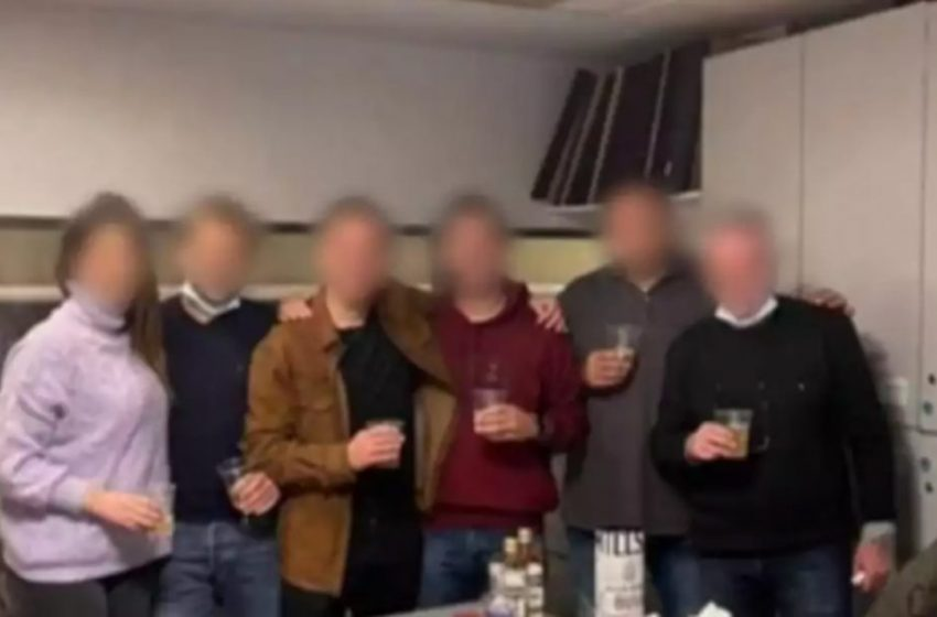 Σάλος με το κορονοπάρτι στη ΓΑΔΑ: Αστυνομικοί χωρίς μάσκες, με ουίσκι και βότκα