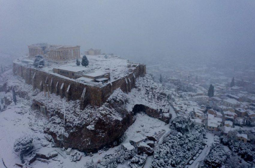 Viral: Τα χιόνια στην Ακρόπολη και ο εύζωνας στο Σύνταγμα (εικόνες)