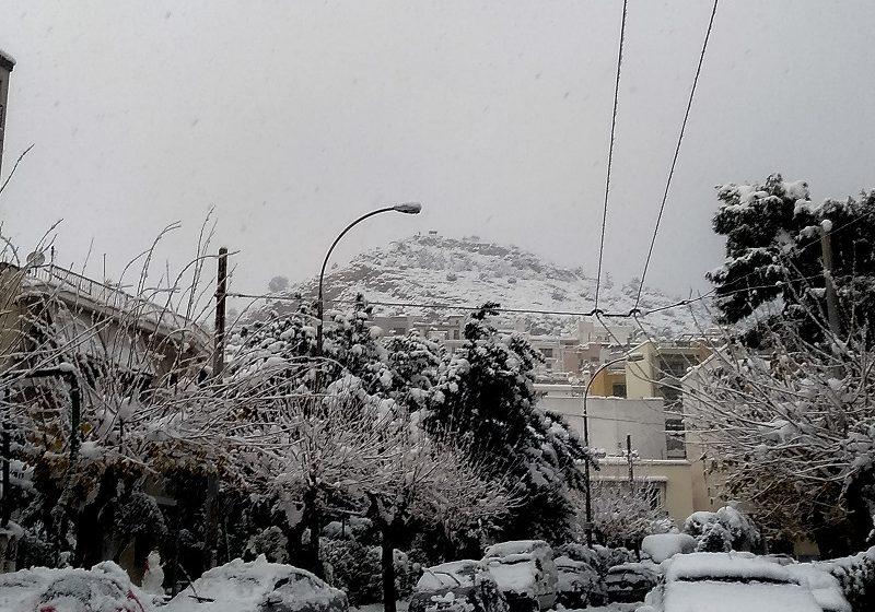 """""""Παγωμένη"""" Αθήνα: Δύσκολη νύχτα για χιλιάδες νοικοκυριά χωρίς ρεύμα – Τέσσερις νεκροί από την κακοκαιρία – Νέες συσκέψεις"""