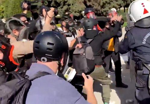 Βίντεο: Αστυνομική βία κατά δημοσιογράφων και φωτορεπόρτερ – Καταγγελία Γρηγοριάδη
