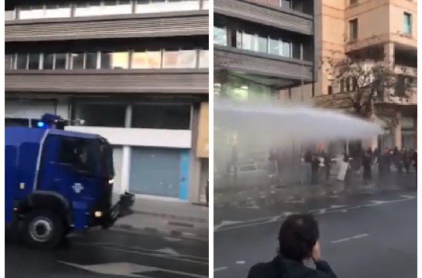 Επεισόδια και συλλήψεις στη Λευκωσία σε διαδήλωση κατά των μέτρων περιορισμού (vid)