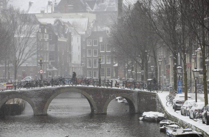 Ισχυρή χιονοθύελλα σαρώνει την Ολλανδία: «Παρέλυσαν» τα τρένα, δεκάδες αυτοκίνητα εξετράπησαν