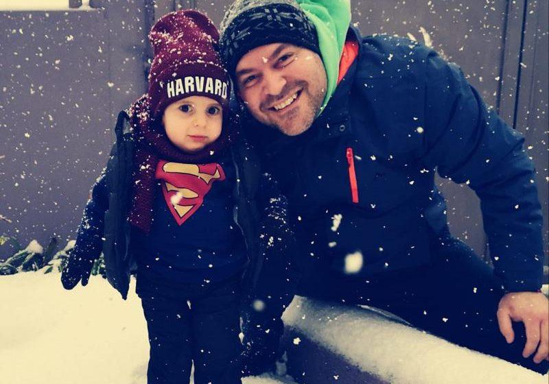 Όρθιος στο χιόνι ο μικρός Παναγιώτης Ραφαήλ
