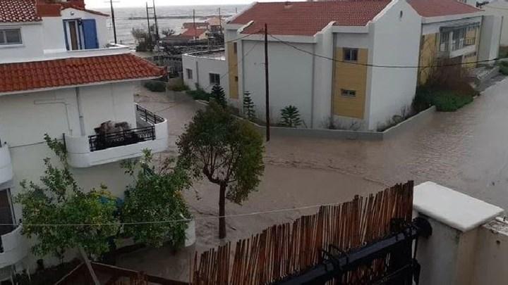 Προβλήματα από την κακοκαιρία στη Σάμο  – Πλημμύρισαν δρόμοι και σπίτια (εικόνες)