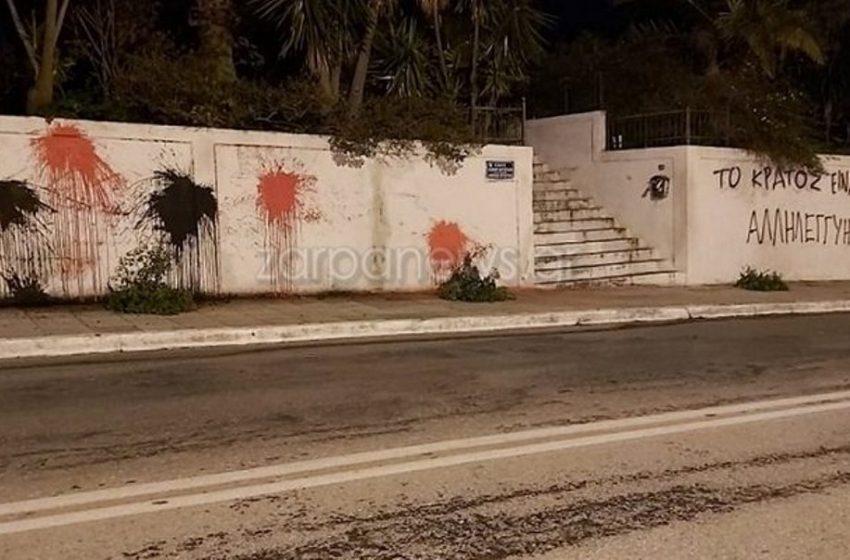 Επίθεση με μπογιές στο σπίτι της οικογένειας Μητσοτάκη στα Χανιά