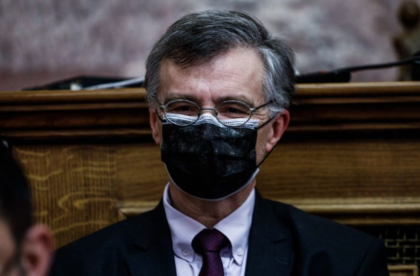 Με διπλή μάσκα στην Επιτροπή Θεσμών και Διαφάνειας της Βουλής ο Σωτήρης Τσιόδρας (εικόνες)