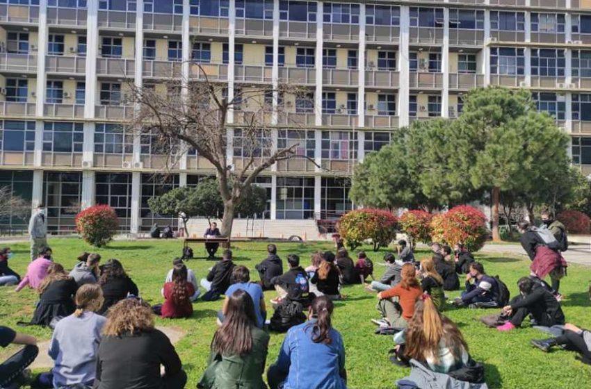 ΑΠΘ: Έξω οι φοιτητές, μέσα τα ΜΑΤ – Μάθημα στο γρασίδι μετά την επιχείρηση της Αστυνομίας