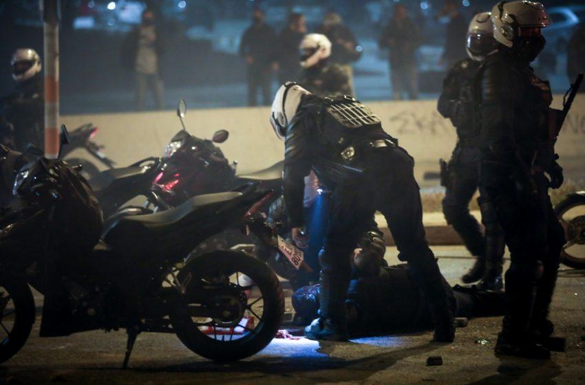 Τραυματίστηκε σοβαρά αστυνομικός στα επεισόδια στη Νέα Σμύρνη (vid)