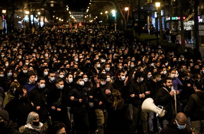 Μαζική κινητοποίηση στο Σύνταγμα ενάντια στην αστυνομική βία  (vid)