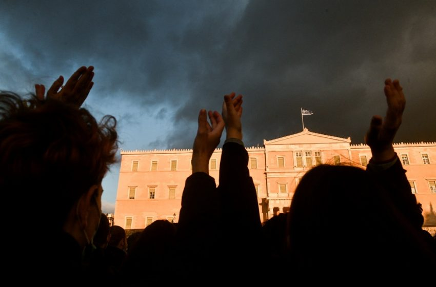 Μεγάλη συγκέντρωση κατά του αυταρχισμού στο κέντρο της Αθήνας (vid)