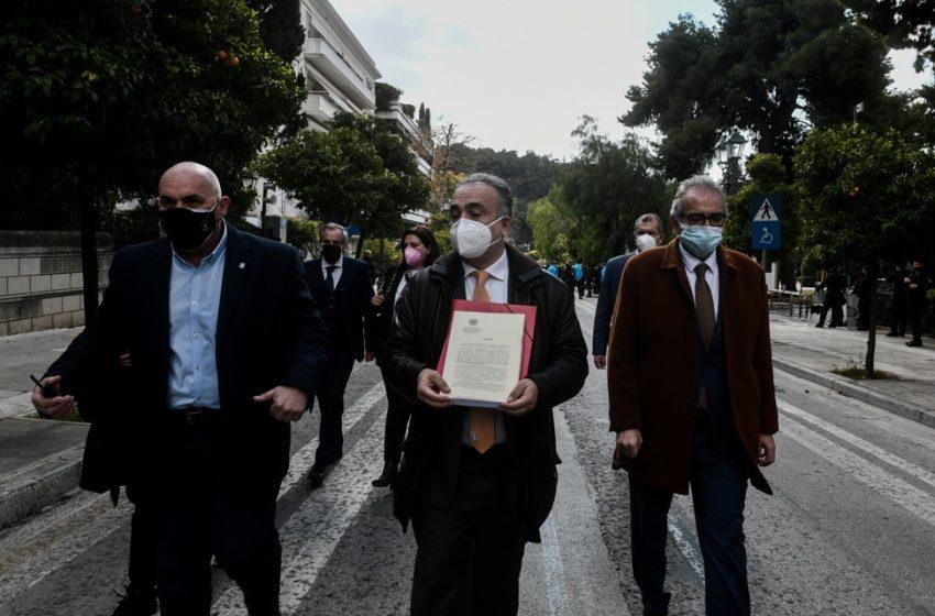 Δικηγόροι: Παρέδωσαν στο Μαξίμου ψήφισμα διαμαρτυρίας με 10.000 υπογραφές για το lockdown