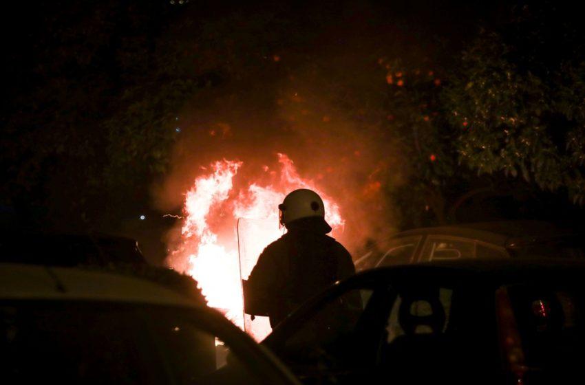 Πάτρα: Πέταξαν μολότοφ και πέτρες σε αστυνομικούς