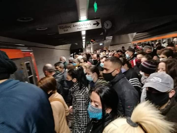 Συνωστισμοί στο μετρό με την θετικότητα στα ύψη! (εικόνες)