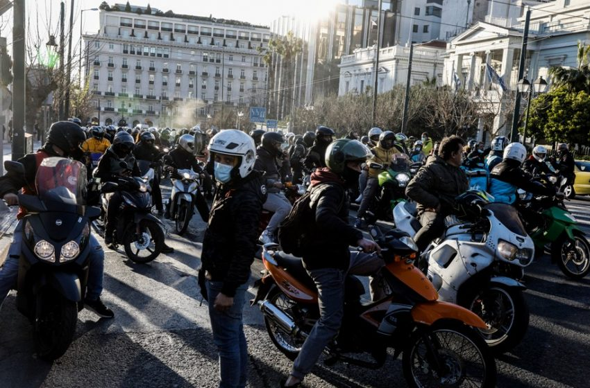 Τροχαίο στη Βουλή: Μοτο-πορεία στο κέντρο της Αθήνας