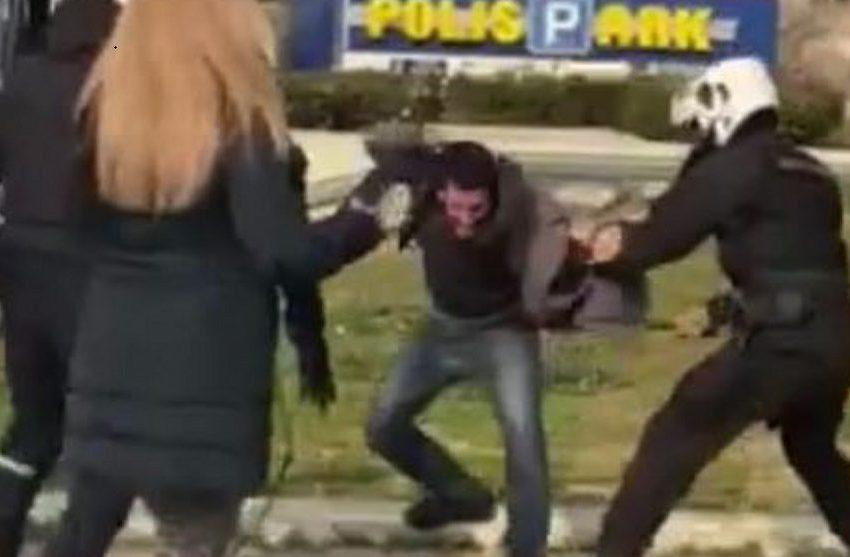 Θράσος: Οι αστυνομικοί που ξυλοκόπησαν τον νεαρό του προσάπτουν κλοπή – Του φόρτωσαν τον μισό ποινικό κώδικα