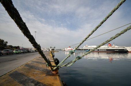 """Αυτοκίνητο """"βούτηξε"""" στο λιμάνι του Πειραιά – Σώες δυο νεαρές"""