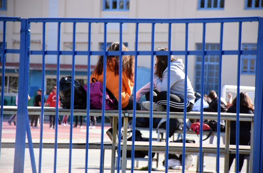 """Παράταση lockdown: Κλείνουν τα σχολεία για δυο εβδομάδες σε όλη τη χώρα – Οι περιοχές που μπαίνουν στο """"βαθύ κόκκινο"""""""
