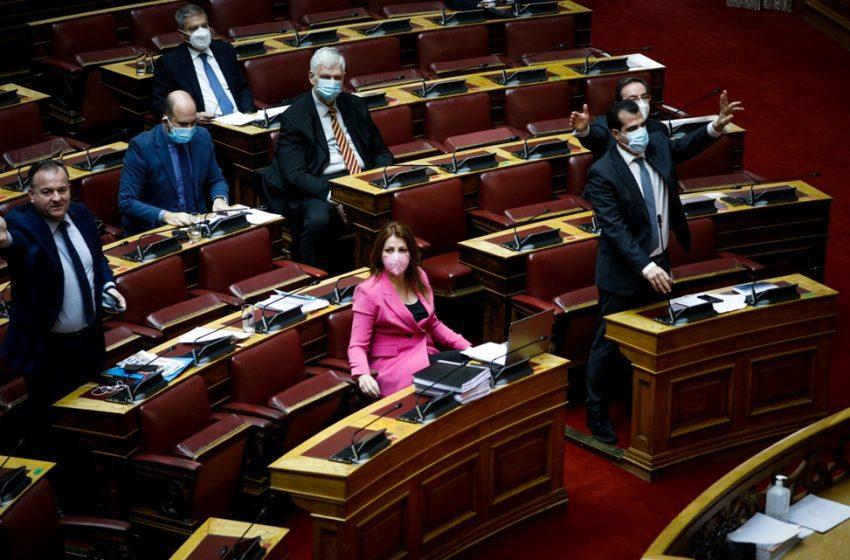 Σύγκρουση στη Βουλή μεταξύ Πολάκη και Πλεύρη με βαριές εκφράσεις