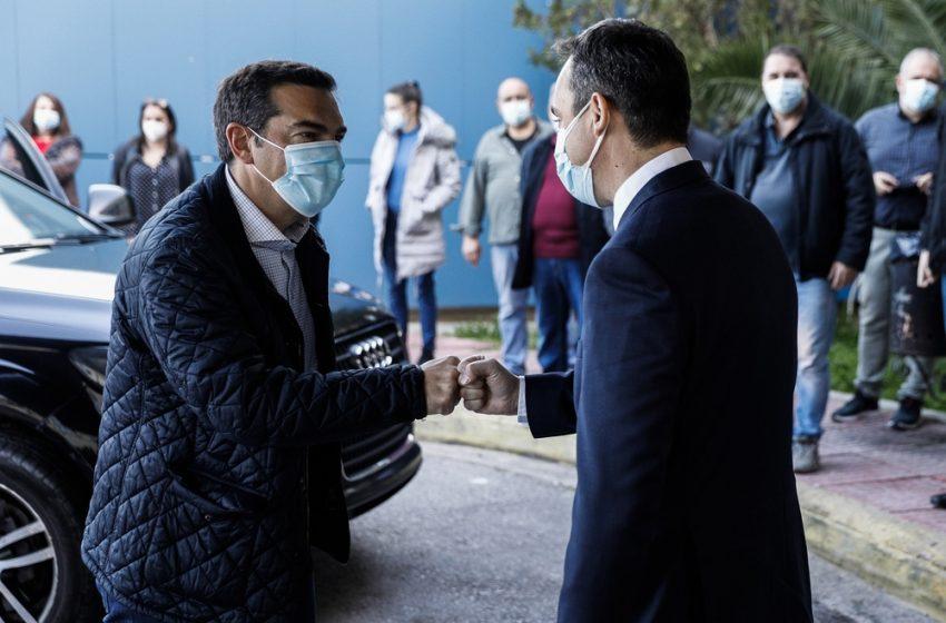 """Τσίπρας από το Θριάσιο: """"Την ώρα που τα νοσοκομεία της Αττικής είναι """"στο κόκκινο"""", η κυβέρνηση αρνείται να ενοχλήσει τους κλινικάρχες"""""""