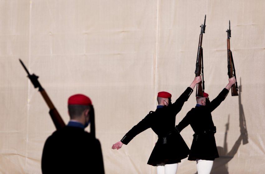 Ο Άγνωστος Στρατιώτης προετοιμάζεται για την παρέλαση της 25ης Μαρτίου (εικόνες)