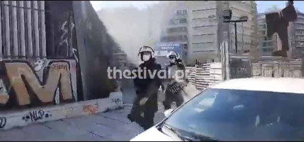 Μολότοφ και ένταση σε πορεία φοιτητών στη Θεσσαλονίκη (vid)