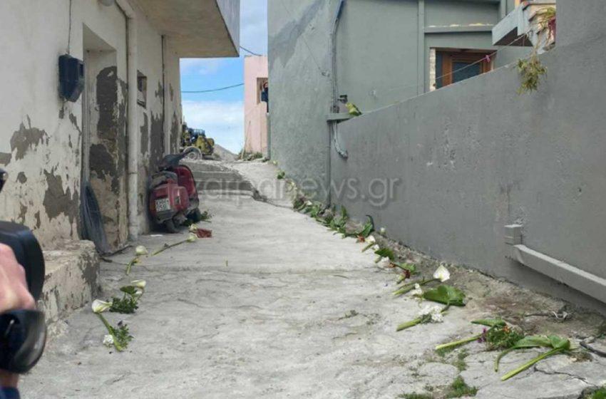 Σπάνε καρδιές: Έστρωσαν με λουλούδια το δρόμο που θα περάσει η σορός του μικρού Ζαχαρία