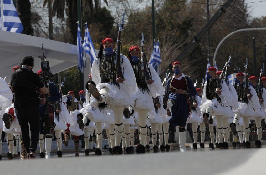 """Εντυπωσιακού μεγέθους παρέλαση με ηχηρή την απουσία του """"λαϊκού στοιχείου"""" (εικόνες)"""