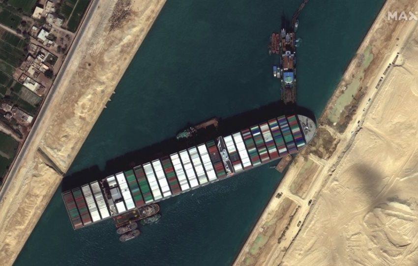 Ράδιο Αρβύλα: Το βίντεο με Έλληνα ταξιτζή να δίνει οδηγίες για να ξεκολλήσει το πλοίο από τη διώρυγα του Σουέζ