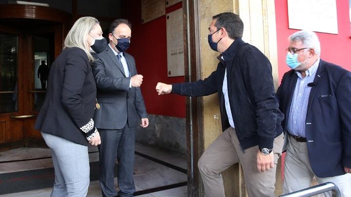 Τον Ερυθρό Σταυρό επισκέπτεται ο Αλέξης Τσίπρας – Η ατάκα στους νοσηλευτές