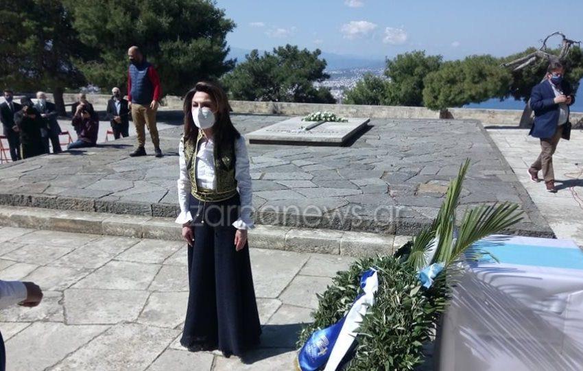 Με κρητική φορεσιά η Γιάννα Αγγελοπούλου στους τάφους των Βενιζέλων