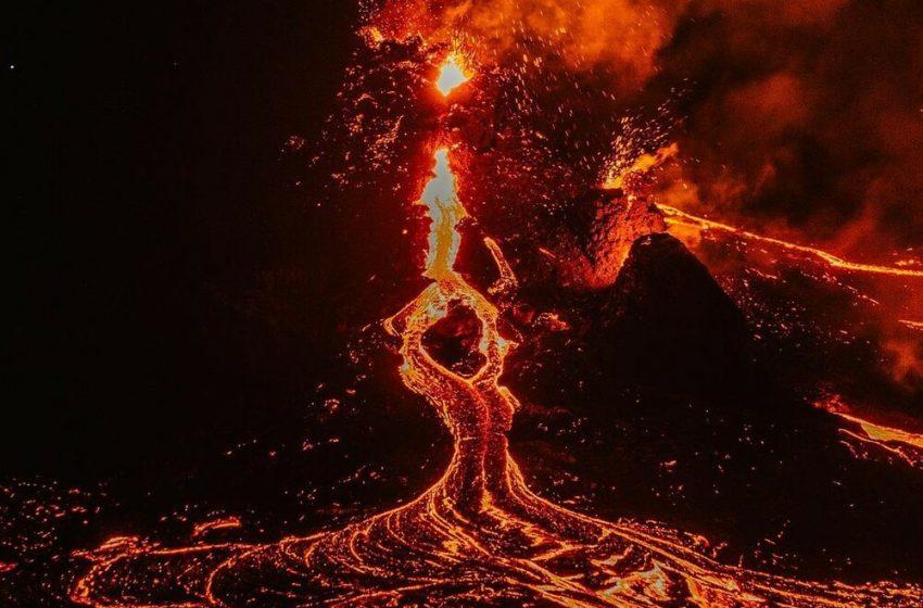 VIRAL : Έπαιζαν βόλεϊ δίπλα στην λάβα από ηφαίστειο  στην Ισλανδία