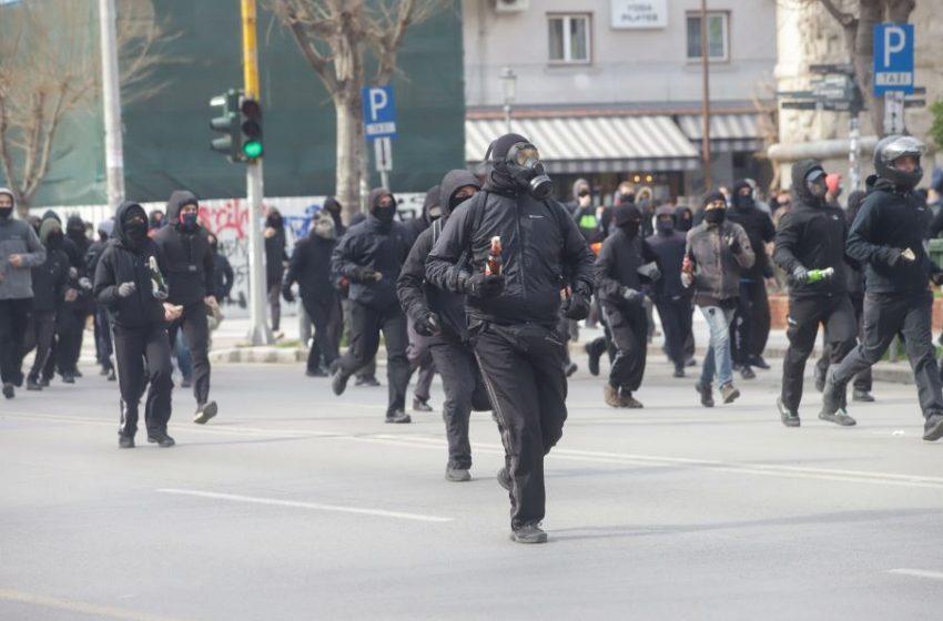 Χημικά και μολότοφ στην πορεία φοιτητών στη Θεσσαλονίκη (εικόνες)