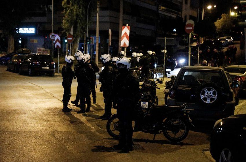 Βίντεο ντοκουμέντο από τα επεισόδια στη Νέα Σμύρνη – Αστυνομικός (;) πετάει μολότοφ στους διαδηλωτές (vid)