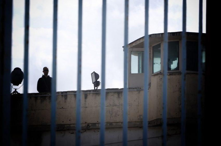 """""""Βράζουν"""" οι φυλακές: Στα όρια κρατούμενοι και σωφρονιστικοί – Κόβονται άδειες λόγω Covid, τεράστιες ελλείψεις προσωπικού"""