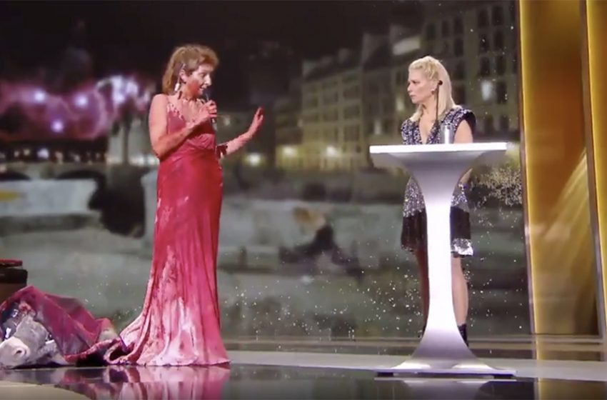 Γυμνή διαμαρτυρία για το lockdown στον Πολιτισμό – Πέταξε την στολή γαϊδάρου και το αιματοβαμμένο φόρεμα μπροστά στο κοινό Γαλλίδα ηθοποιός (vid)