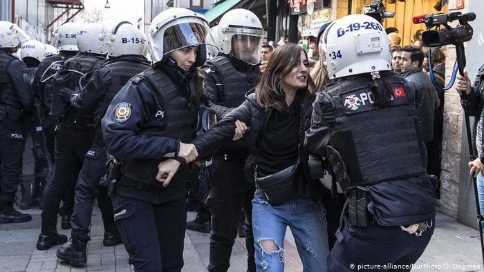 Ογκώδεις διαδηλώσεις στην Τουρκία κατά της απόφασης Ερντογάν για τη βία κατά των γυναικών