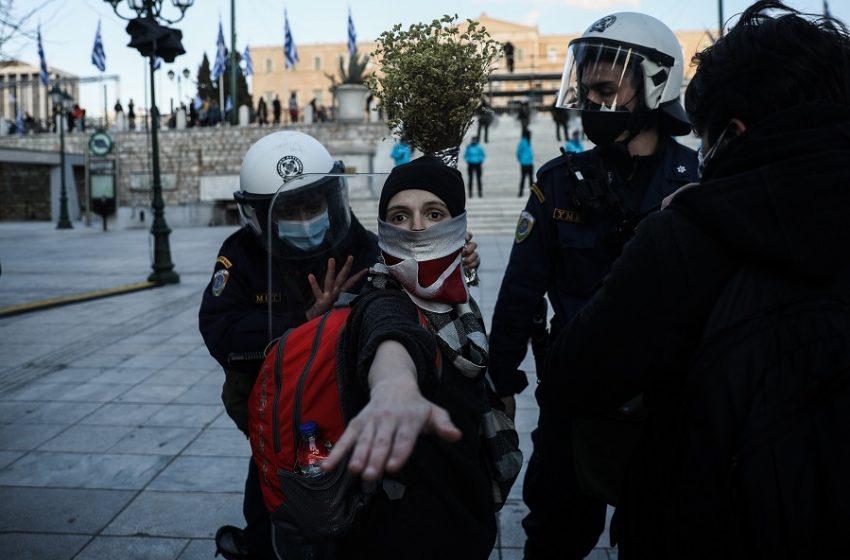 Αστυνομική βία: Άνδρας των ΥΜΕΤ χτυπά με την ασπίδα καλλιτέχνιδα (vid)