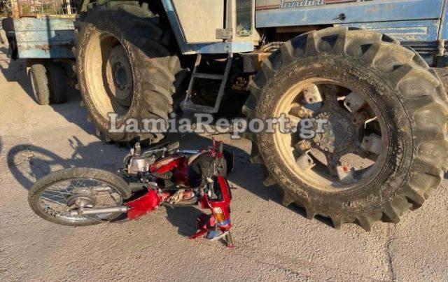 Φοβερό τροχαίο στη Λαμία – Συγκρούστηκε μηχανάκι με τρακτέρ