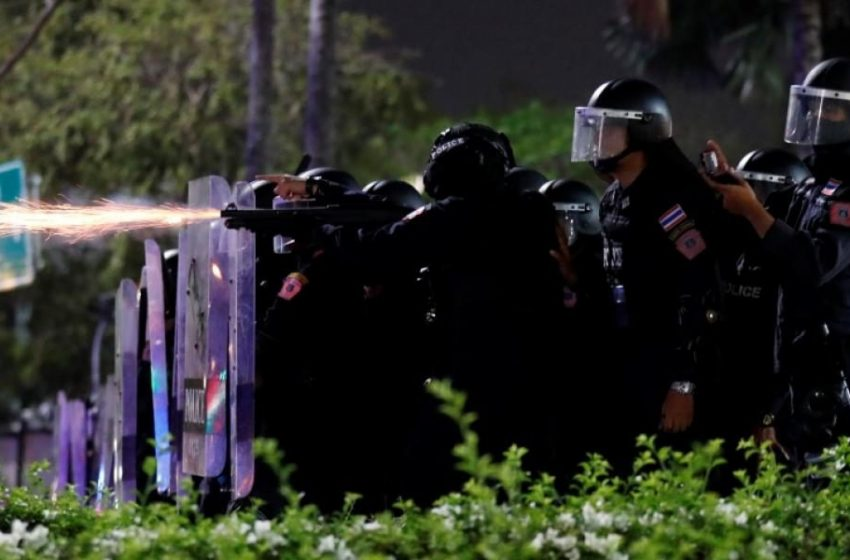 Με κανόνι νερού κατά διαδηλωτών η αστυνομία της Ταϊλάνδης