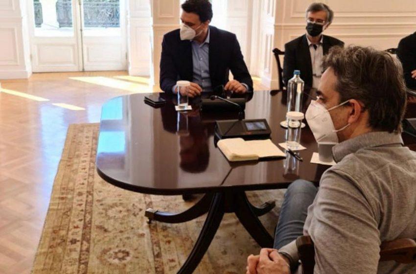 """Παρασκήνιο: """"Ταραχή"""" από AstraZenca και κοινωνικός θυμός- Διστακτικός ο Τσιόδρας για χαλάρωση μέτρων – Πολιτική σύγκρουση για την επίταξη κλινικών"""