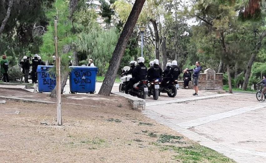Αστυνομική εισβολή λόγω…συνωστισμού στο άλσος της Ν. Σμύρνης την ώρα που έπαιζαν παιδιά- Βίντεο με αστυνομικούς να χτυπούν νεαρούς!