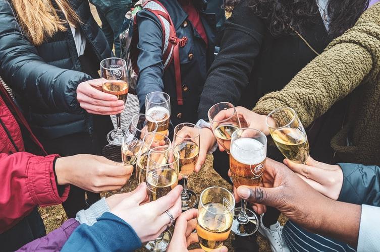 Lockdown: Υπαίθριο κορονοπάρτι στου Ψυρρή με 700 άτομα