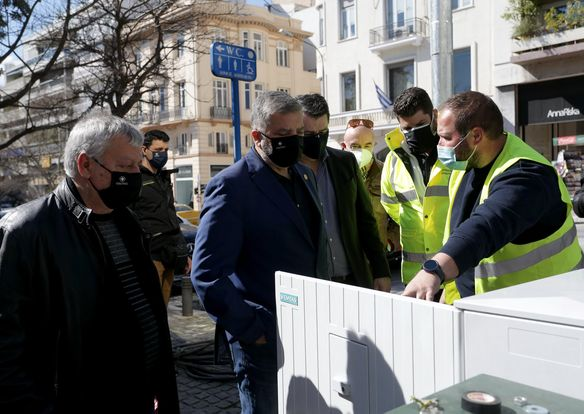Ο Γ. Πατούλης εγκαινίασε σηματοδότες led στο Κολωνάκι – Το σχόλιο της συζύγου του