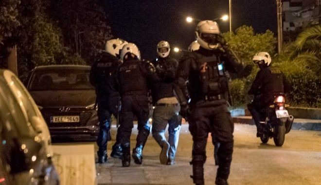 Νέα Σμύρνη: Ξυλοδαρμός πολίτη από αστυνομικούς – Χαστούκισαν κοπέλα- Εικόνες βίας (vid)